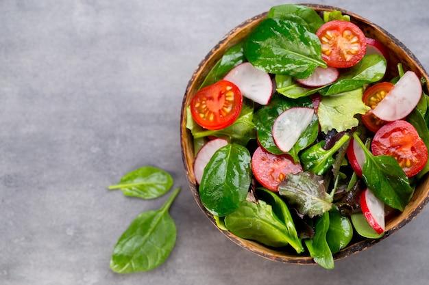 Frisse salade met babyspinazie en tomaat, radijs en salade.
