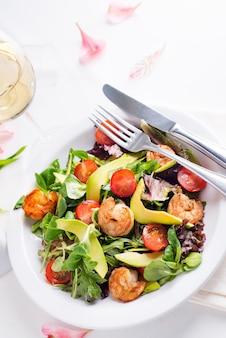 Frisse salade met garnalen, avocado, tomaat en gemengde groenten