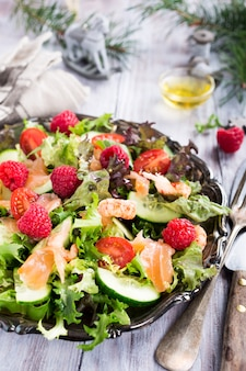 Frisse salade met gerookte zalm