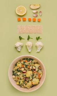 Frisse salade met gestoofde bloemkool en quinoa