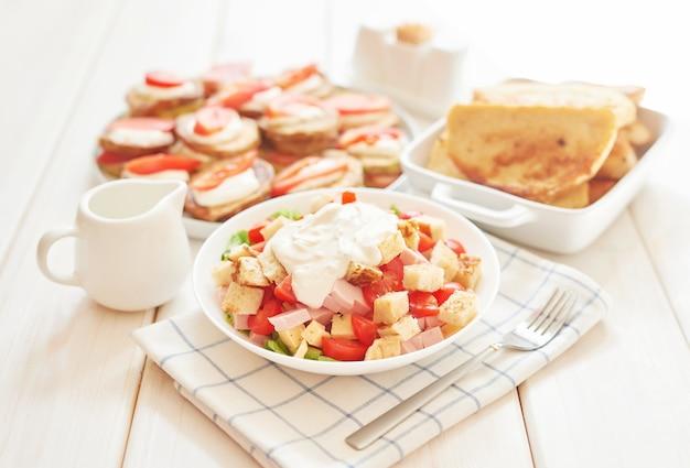 Frisse salade met kaas en ham