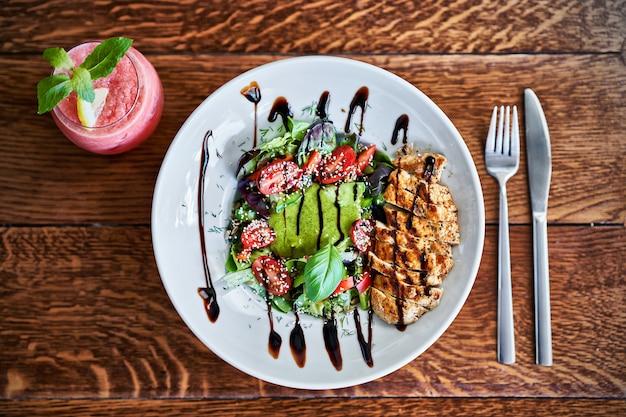 Frisse salade met kipfilet en tomaat. bovenaanzicht