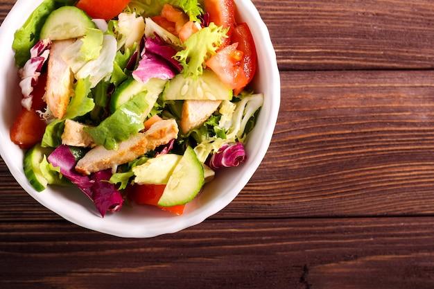 Frisse salade met kipfilet in een kom