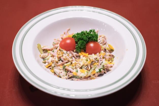 Frisse salade met kipfilet rucola en tomaten