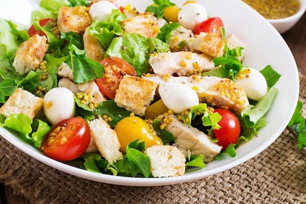 Frisse salade met kipfilet, rucola, sla en tomaat.