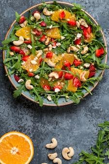 Frisse salade met rucola, fruit en noten.