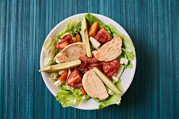 Frisse salade met sla, kip en groenten