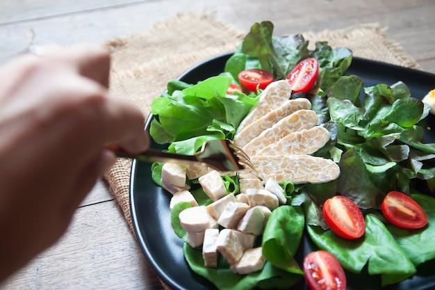 Frisse salade met tempeh of tempe, origineel plantaardig voedsel uit indonesië.