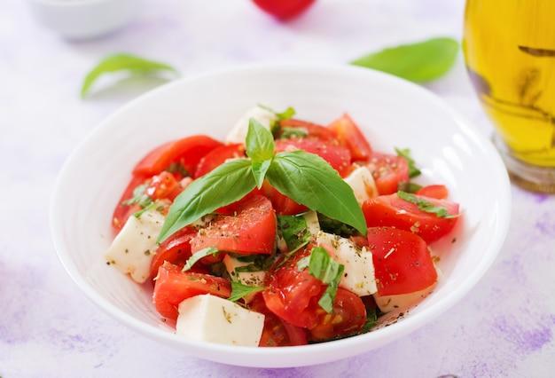 Frisse salade met tomaat, mozzarella en basilicum