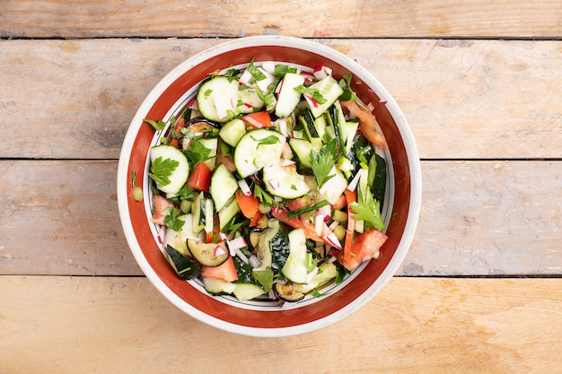 Frisse salade met tomaten en komkommers. kleurrijke gemengde salade