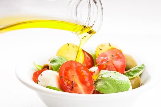 Frisse salade met tomaten, mozzarella en olijfolie