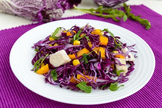 Frisse vitamine fitness salade van rode kool, paprika, maïs, rucola. veganistische diëten.