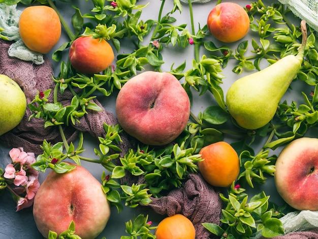 Frisse zomer fruit concept stilleven - perziken, abrikozen en peren
