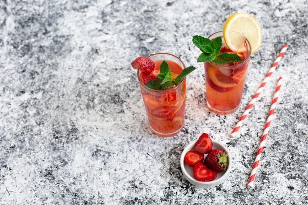 Frisse zomercocktail met aardbeien en ijsblokjes. koud zomerdrankje. bessencocktail. kopieer ruimte