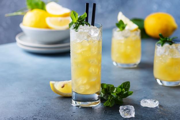 Frisse zomercocktail met citroenen