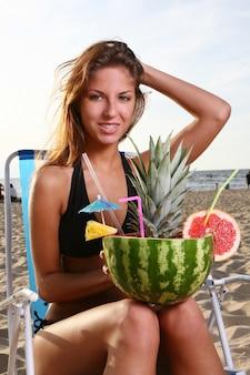 Frisse zomercocktail met dessert en watermeloen