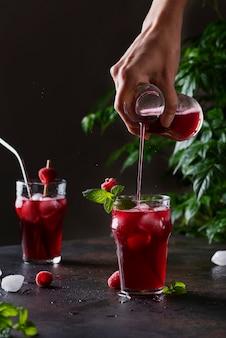 Frisse zomerse koude cocktail met framboos, munt en ijs. bar concept en