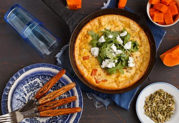 Frittata met pompoen in een pan