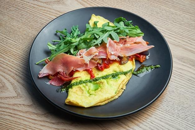 Frittata met prosciutto, pestosaus, rucola en paprika. lekkere en gezonde lunch. omelet