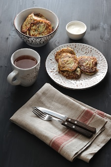 Fritters van courgette met thee op plattelander
