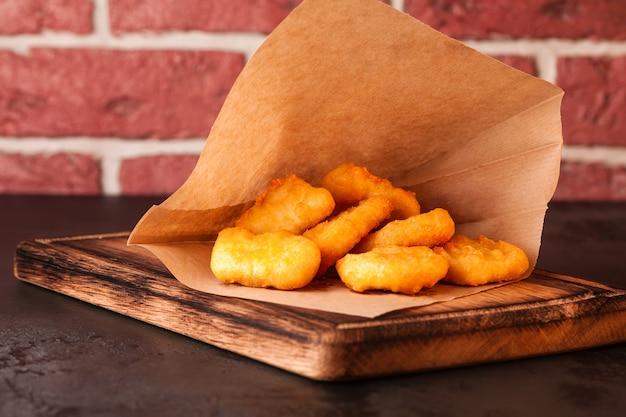 Frituur . gefrituurde kip. fast food. nuggets. geel.