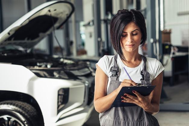 Front vie auto service medewerker met klembord