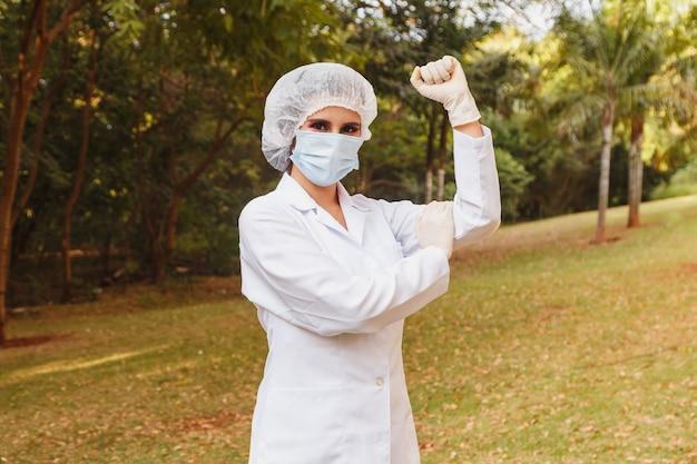 Frontlinie arts die het symbool maakt van vrouwelijke empowerment of strijdbaarheid