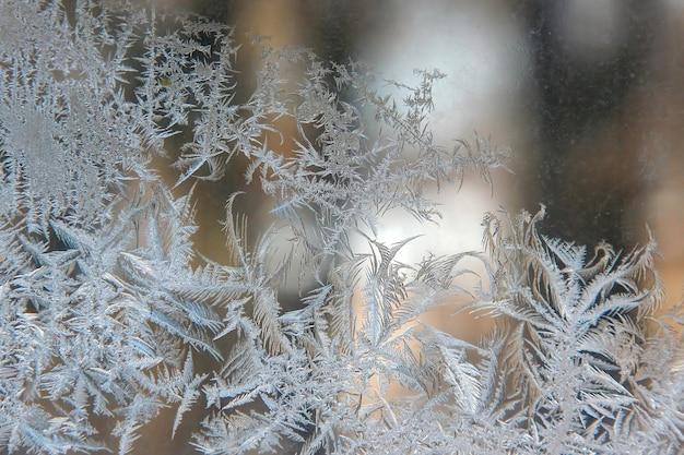 Frosty patronen op de close-up van het vensterglas. natuurlijke texturen en achtergronden. ijspatronen op bevroren