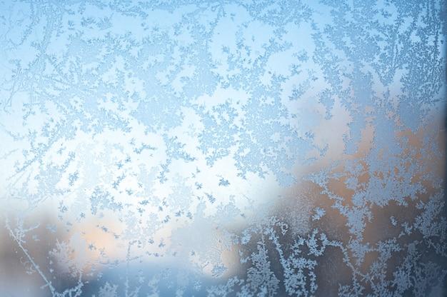 Frosty patronen op venster. close-up van berijpt venster. abstract ijzig patroon op glas, achtergrondtextuur