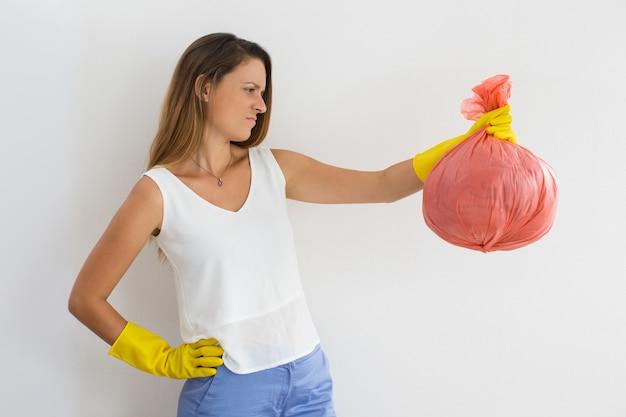Frowning jonge vrouw haten schoonmaken