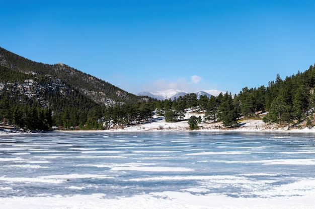 Frozen lily lake in de winter, januari met koud weer en sneeuw. rocky mountains, estes park, colorado, verenigde staten