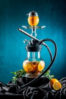 Fruit aroma hookah geïsoleerd op zwart oppervlak