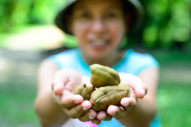 Fruit bij de hand met trots op productiviteit om te geven aan u die van gezondheid houdt, graag vers fruit eet.
