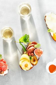 Fruit bruschetta grijze betonnen wijn bovenaanzicht