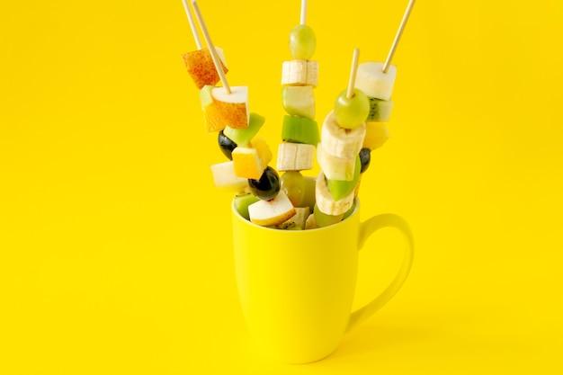 Fruit canapé voor een buffet in een kopje. zoete lekkernijen voor een vakantie, jubileum, verjaardag.