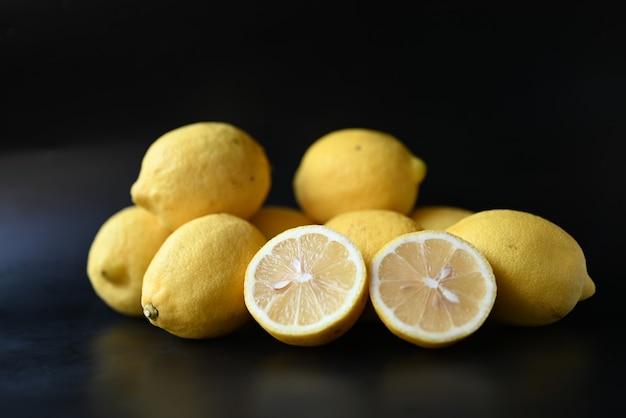Fruit citroenen citrus op zwarte achtergrond
