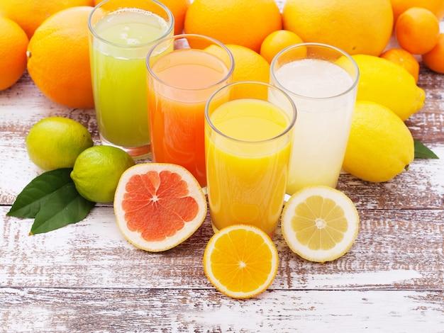 Fruit citrus sappen zomer drankjes op houten bureau selectieve aandacht
