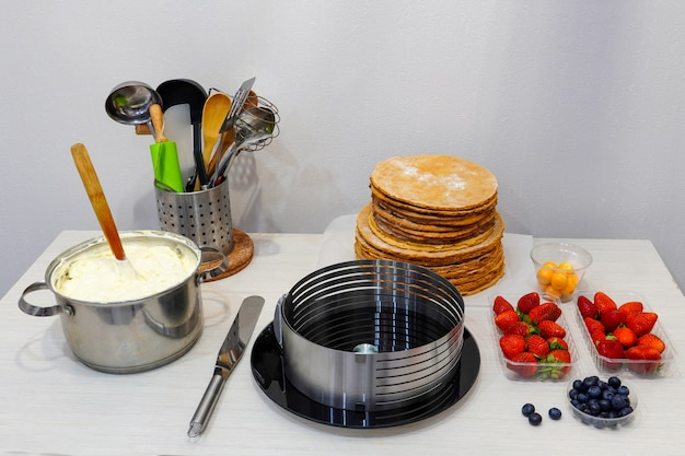 Fruit en bessen. ingrediënten voor het maken van een feestelijke taart.