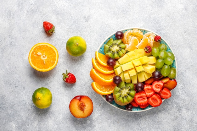Fruit en bessen schotel, veganistische keuken.