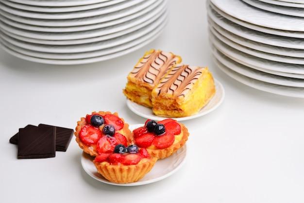 Fruit- en bessentaartjesdessert close-up van prachtige heerlijke gebaksnoepjes