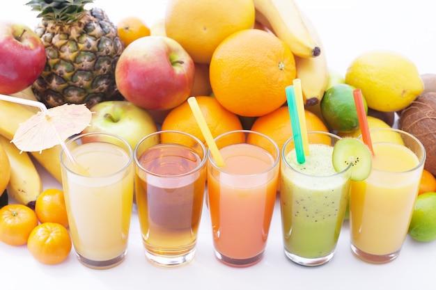 Fruit en dranken zomersmoothies bovenaanzicht macro selectieve focus zacht licht