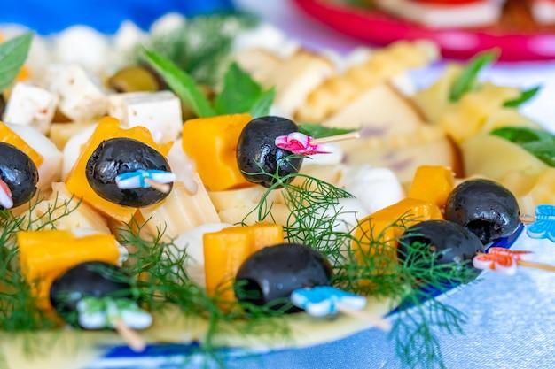 Fruit- en groentesalades met olijven, kaas en andere ingrediënten. gezond eten.