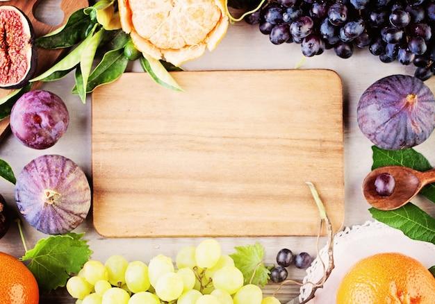 Fruit frame en houten plank. achtergrond van gezonde voeding