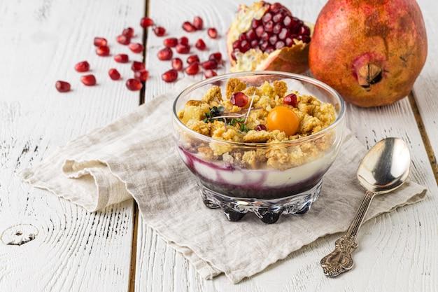 Fruit gelaagd dessert met verse aardbeien, zephyr (marshmallow), zure room en munt