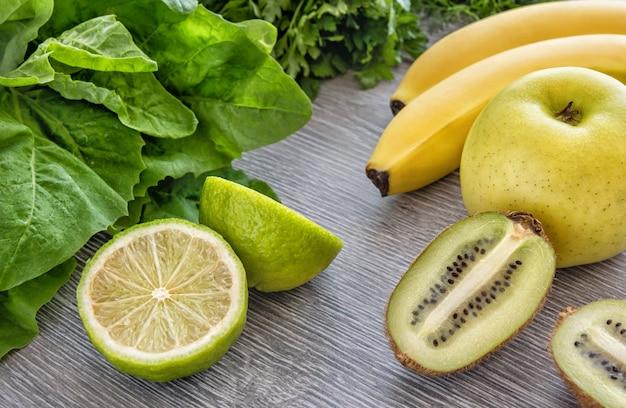 Fruit, groenten en greens op een hout. kopieer ruimte.