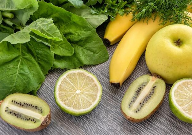 Fruit, groenten en greens op een hout.