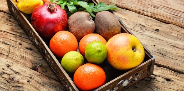 Fruit in een houten kist