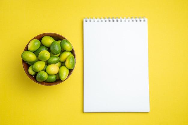 Fruit in kom groen fruit in de kom wit notitieboekje