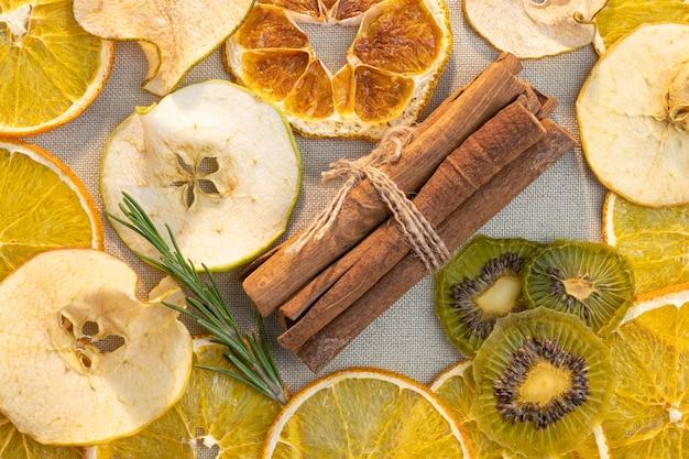 Fruit mix achtergrond. gedroogd fruit oranje appel peer kiwi en kaneelstokjes