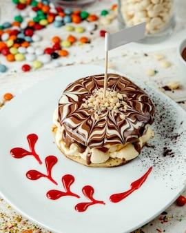 Fruit pannenkoek omhuld met chocoladesiroop